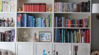 Những cách sắp xếp tủ sách nhiều kích cỡ