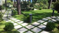 Không nên lát đá kín sân vườn