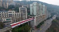 Kiến trúc độc đáo tàu hỏa đi xuyên qua chung cư