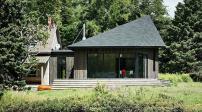 Ngắm ngôi nhà gỗ độc đáo nằm giữa rừng thông ở Canada