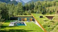 Ngôi nhà mái cỏ bên cạnh dãy núi Majestic đẹp như cổ tích