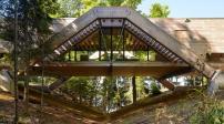 Ngôi nhà đặc biệt có kiến trúc như một cây cầu nối hai bờ thung lũng