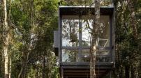 Nhà cabin nhỏ nằm bình yên trong khoảng rừng như cổ tích