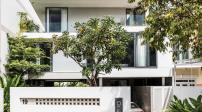 Biệt thự ở Sài Gòn có phòng khách kết nối khu vườn ở cả hai đầu