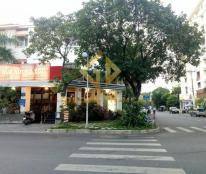 Cần cho thuê biệt thự 2 mặt tiền tại Phú Mỹ Hưng, diện tích 12,5 x 18m, 4 phòng ngủ, sân vườn.