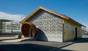 Ngôi nhà độc đáo được thiết kế vết sữa đổ
