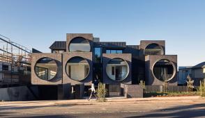 Khu chung cư độc đáo với cửa sổ tròn to khổng lồ