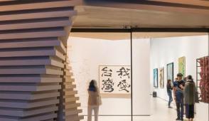 Phòng trưng bày độc đáo tràn ngập kiến trúc gỗ xếp tầng đa giác