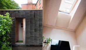 Căn nhà độc đáo được làm từ 500 cây chổi dừa