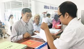 Dân nườm nượp đến UBND quận 9 làm thủ tục đất đai