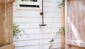 Thiết kế phòng tắm ngoài trời đơn giản mà sang chảnh như resort