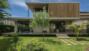 Ngôi nhà 2 tầng đơn giản, vững chãi nhờ sử dụng bê tông đúc sẵn