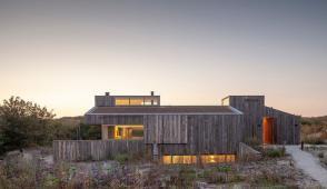 Ngôi nhà nhỏ hiện đại bên bờ biển hoang đối lập với vẻ ngoài đơn sơ