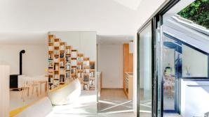Ngôi nhà có mọi vách ngăn được hô biến thành tủ sách