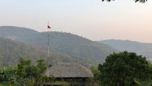 Nhà gỗ bên hồ ở Hòa Bình lên báo Tây