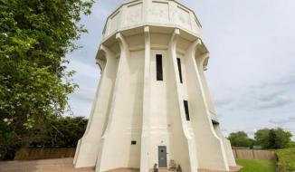 Bất ngờ trước ngôi nhà triệu đô từng là tháp nước bỏ hoang