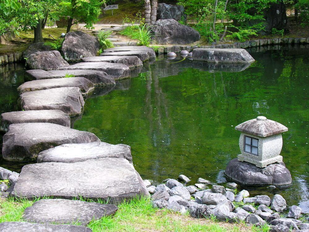 Cầu đá trên ao nước